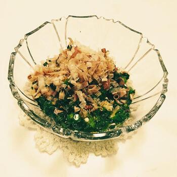 ビタミンA(βカロテン)やミネラルを多く含む、夏のネバネバ野菜「モロヘイヤ」。もう一つの人気ネバネバ野菜「オクラ」と一緒に、さっぱりとした和えものを作るのもオススメです。  これらの野菜をさっと茹でたら、かき醤油を加えた水出汁で和えて完成です。