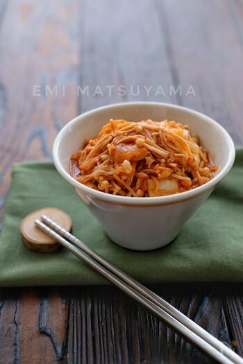 キムチとえのきを、鶏ガラスープと甘辛のだしでサッと煮合わせた自家製キムチなめたけ。キムチの辛味となめたけのとろ〜り感が麺によく絡みます。ごはんのおかずにもおいしそう!