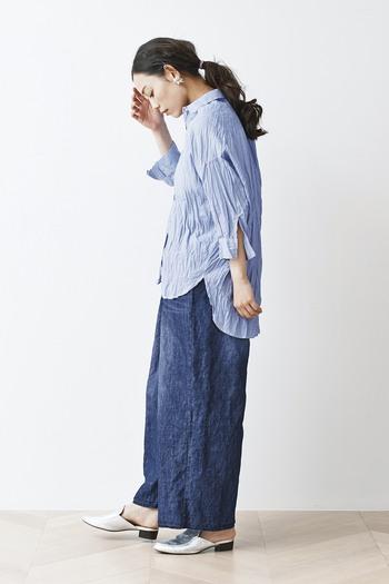 綿麻デニムのワイドパンツに、ブルーのシャツを合わせた爽やかなコーディネートです。ブルー系でシンプルにまとめつつ、足元はシルバーのサンダルシューズで程よいアクセントをプラスしているのがポイントです。