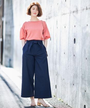 ハイウエストデザインのチノワイドパンツは、ネイビーカラーを選んでキレイめなスタイリングに。ピンクのトップスを合わせた女性らしい着こなしは、オフィスカジュアルとしても活躍してくれそうです。