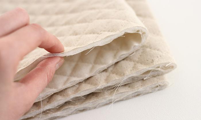 厚みがあるキルティング生地は、ミシンで縫う際にきつく押さえすぎると、途中でよれてしまいます。そのため、まち針をしっかり留める、チャコペンで印をつけるなどの作業を丁寧に行いましょう。また、切りっぱなしだと端がほつれてきてしまうので、ジグザグミシンをかけるなどしておくと綺麗に仕上がります。