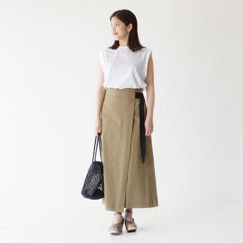 ラップデザインのロングスカートは、白のノースリーブトップスを合わせてシンプルな着こなしに。サンダルや透け感のあるバッグで、季節感もばっちり演出しています。袖が出ている分涼しげな印象になるので、大人の夏コーデにもぴったりなコーディネートですね♪