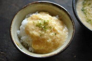 だし汁でのばすように作る、絶品とろろご飯。こちらはスーパーに良く並ぶ長芋で作るレシピですが、長芋の場合は、水分量が多いので、だし汁を少し少なめにするのがポイントです。最後にパラリと塩を加えることで味がグッと締まります。