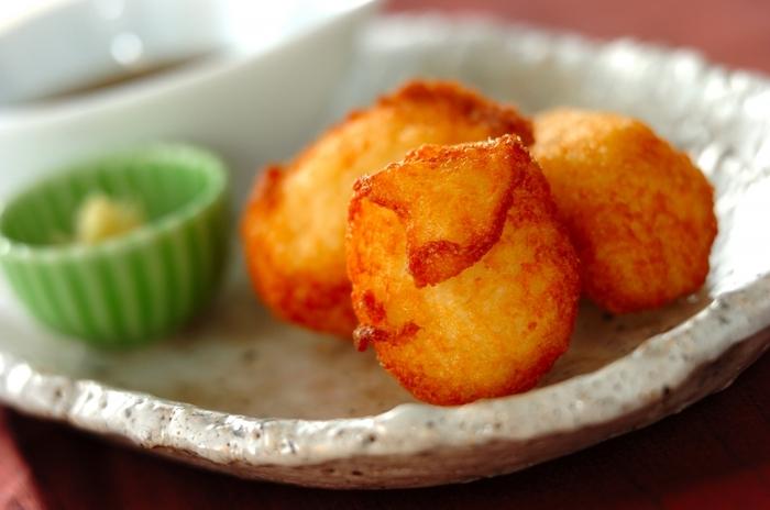 まるでお餅のような食感を楽しむことができる「モチモチ揚げ山芋」。すり下ろしてそのままいただくとろろも美味しいですが、揚げることでさらに美味しい発見ができますよ。だししょうゆと一緒に召し上がれ。