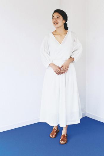 ふわっと広がるシルエットが女性らしい白のロングスカートに、カシュクール風の白トップスをタックインしたスタイリングです。ロングスカートと同じ色のトップスを合わせれば、セットアップやワンピース風の着こなしに。年齢を問わずに、トレンド感を楽しめる組み合わせです。