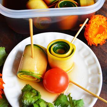 緑と黄色、2色のズッキーニを縦に薄くスライスし、ぐるぐる巻きに。そして、ポン酢や白だしにピクルス用のブレンドスパイスをきかせたものに漬け込んで完成です。