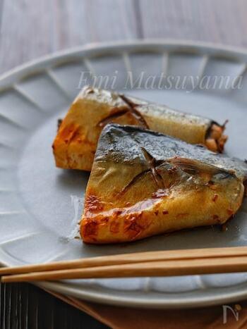 ポン酢のタレに漬け込んで、魚焼きグリルで焼くだけ。ポン酢の酸味は、サバのこってりした味を中和して、さっぱりした美味しさにしてくれます。