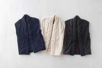 大正2年創業の「宮田織物」が作るロングポンチョ。空気を含ませながらふんわりと織っているのでとても柔らかく、すっぽりと身体全体を包み込んでくれる感覚があります。ロング丈なので気になるお腹から腰回りを冷えから守ってくれます。ちょっとした外出時のアウターにもおすすめ。一着持っていると安心感のあるアイテムです。