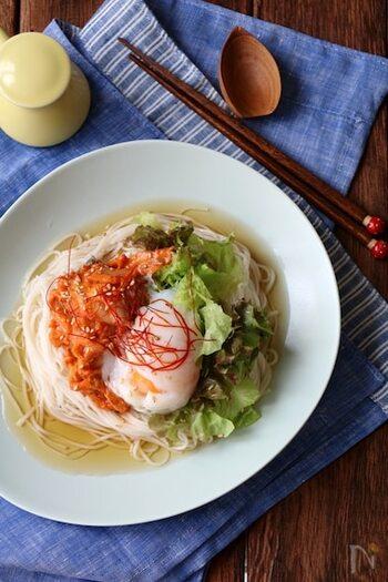 5分でできちゃうスピード時短レシピ。白練りゴマにキムチを和えるだけ!サニーレタスと温泉卵をトッピングして韓国風にアレンジします。めんつゆとよく混ぜて食べるのがおすすめですよ!