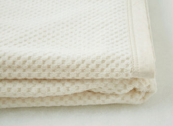 職人さんたちの丁寧な仕事とオーガニックコットンから生まれた毛布は「PRISTINE」のロングセラーアイテムとして大人気。軽くやわらかで、使用する際に体と毛布の隙間ができないため、一般的な毛布の半分以下の厚みで一年中快適に使えます。