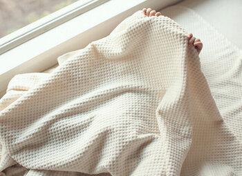 一般的な毛布は、起毛をしたものが主流で、ブラッシングによって生地にはダメージを与えてしまい、長く使用しているとへたりやすくなることも。そのてん、シール織は起毛を施さなためダメージが少なく、長い間ふわふわの質感が楽しめます。サイズも140×200cmと大判サイズなので、寝具やベッドカバーにも◎。