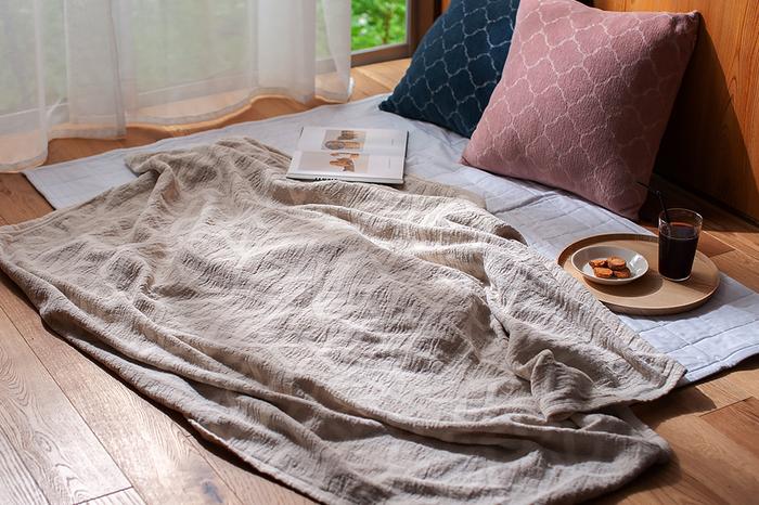 蒸し暑い日本の夏を少しでも快適に過ごせるようにと、スウェーデンのテキスタイルブランド「KLIPPAN(クリッパン)」と、日本の伝統的な染色技法の一つである「型染」のコラボレーションから作られた「リネン&シュニールコットン ブランケット」。