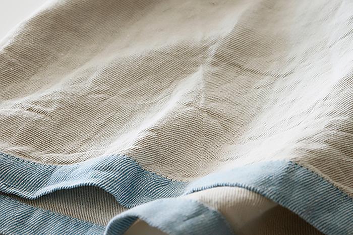 生産工程で「洗い」をかけた、ウォッシュドリネンから作られており、肌触りの良さとさわやかさはもちろんのこと、使い込むほどに、やわらかさが増すという嬉しい特徴があります。しかも、リネン本来のサラサラの清涼感もキープされるので、日本の蒸し暑い夏場に最適のサマーブランケットです。