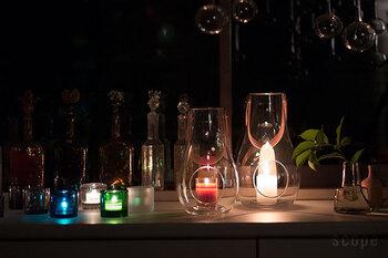 ディスプレイにキャンドルホルダーを使ったら、ぜひ夜は部屋の明かりを消して、キャンドルを入れて使ってみましょう!最近はLEDのキャンドル風雑貨もあったりするので、そういったアイテムを使えば火を使わずに安心です。 ガラスのキャンドルホルダーは、昼間もいいけれど、夜の佇まいも素敵。たくさん並べると、夜のリラックスタイムが特別な時間になりますね。