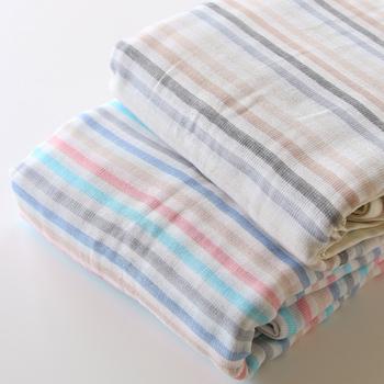 夜、寝具としても使いたいという方は、シングルサイズがおすすめ。140×200と、一般的なシングルベットの掛け布団と同じサイズなので、タオルケットとして使用したり、ベッドに敷いたりすれば、夏の夜、快適な眠りをもたらしてくれそう。