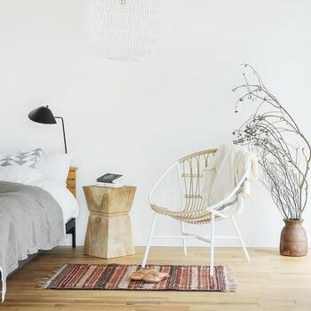 リゾートムード漂うラタン調の椅子と、キリムラグを組み合わせて。黒やグレー、白といったモダンな小物と合わせると、アジアンテイストに寄りすぎずバランスが取れます。