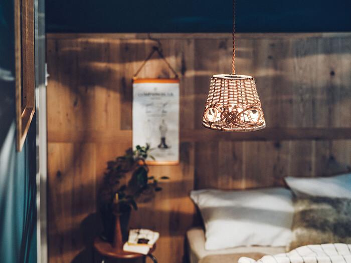 ラタンのペンダントライトをお部屋のアクセントに。カゴよりも照明のほうが存在感があるので、夏のインテリアにおすすめです。