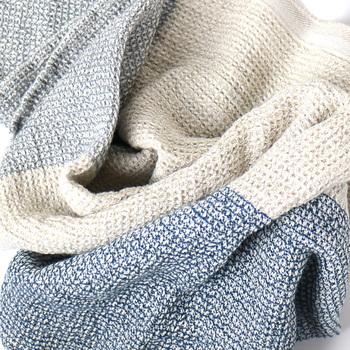こちらはラプアンカンクリの、身体を拭くことに特化した「TERVA」シリーズのタオルケット。ラプアンカンクリのテキスタイルは、どれも優れた吸水性や撥水性、さらに耐久性があり、シリーズごとに素材を細かく変えているので、使う人やシーンに合わせて選ぶことができて◎。