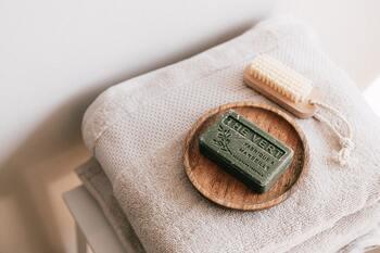 お風呂で使う石鹸やタオルなども、揃えて置いておくことでおしゃれなインテリアに。お風呂に入る前にちょっと一息つける空間になりますね。