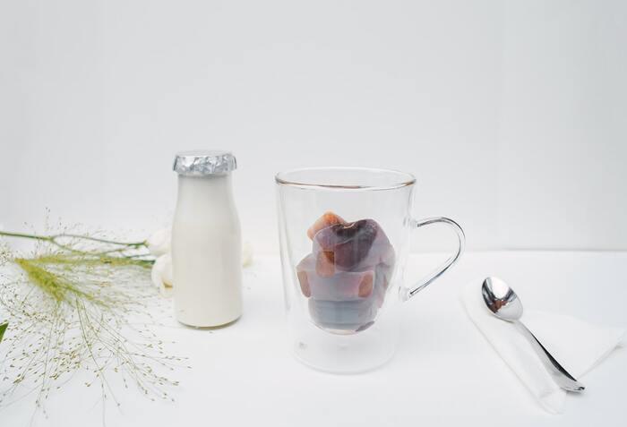 アイスコーヒーもホットコーヒーと同じで淹れたてが美味しいですが、たくさん作って保存しておきたいですよね。どのくらい日持ちするのでしょうか。  美味しく飲むには、風味が飛ばずに香る3日ほどまでが期限。さらに長く保存したいのであれば、氷コーヒーを作るのがベストですよ。冷蔵庫で冷やして保存するなら3日以内で飲み切る量を作りましょう。人気の保存容器を紹介します。