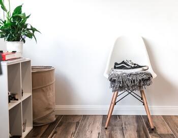 デザイン家具は一脚あるだけでお部屋の印象をクラスアップしてくれます。ひとつの見せる収納としてファブリックを置いておくのもおしゃれですね。
