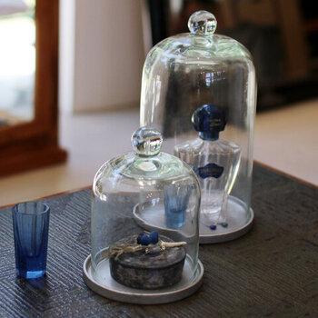 お気に入りの雑貨を、ガラスドームの中に入れて飾るのもおすすめです。単体では季節感を感じないアイテムも、ガラスと組み合わせることで新鮮になりますね。