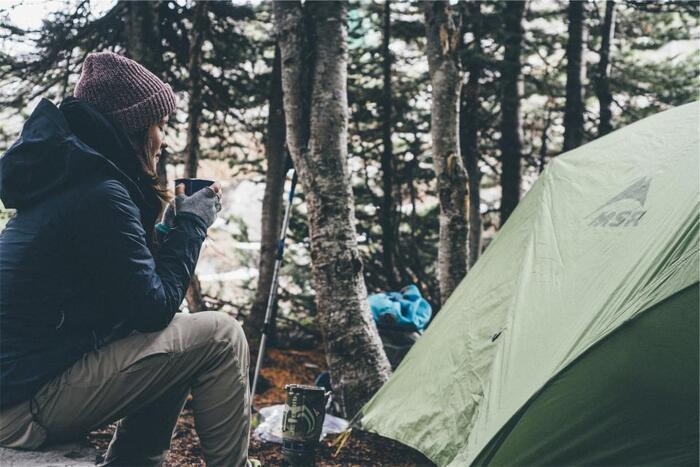 野外での食事や調理をキャンプの一番の楽しみとする人も多いはず。居心地良く過ごすためにはテーブルと椅子が欠かせません。高さやサイズのバランスを考えながら、相性の良さそうなテーブルと椅子を選びましょう。また、荷物が増えてもかまわないのであれば、道具類を置くサブテーブルを持っていくのもおすすめです。