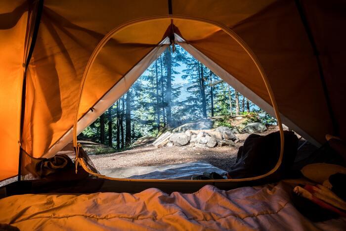 寝る時は寝袋の下にマットを敷くのが基本のスタイル。素材や形状には様々な種類があるので、サイズや持ち運びやすさなども考慮しながら選ぶとよいでしょう。車でキャンプに行く場合は、予備のマットを一枚積んでおくと寝心地を調整できて便利です。