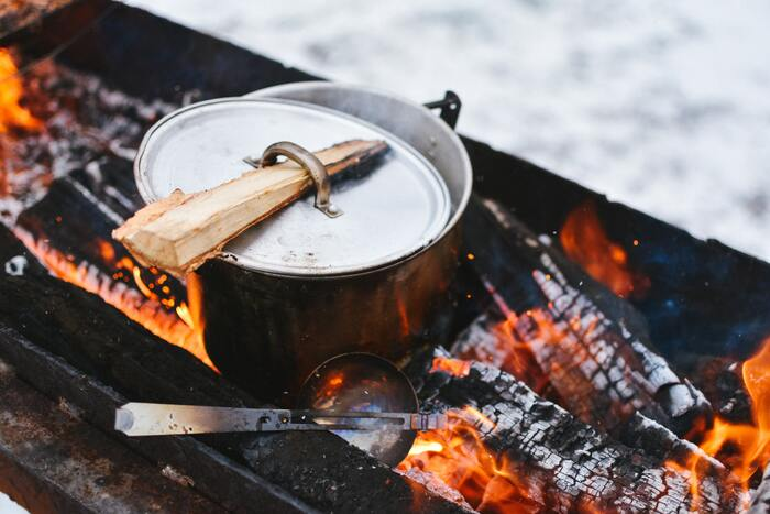上手に火を起こせたら、次はご飯の準備です。凝った料理を作るのでなければ、揃える調理道具もシンプルでOK。使いやすい物を厳選して、自分だけの調理道具セットを用意してみましょう。