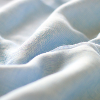 ガーゼは1重や2重だと、保温性がほとんどないため、一般的に市販されているガーゼケットは3重4重のガーゼを重ねて作られています。こちらは様々な糸を使った5層の生地から作られており、空気のように軽く肌触りも汗ばむ季節にはさらりとしていながら保湿性もしっかりあります。
