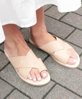 クロスデザインのトングサンダルは、足にフィットしやすいデザインです。フラットなデザインでも女性っぽさもあるため、上品カラーのベージュなら、エレガントな雰囲気も出せますよ。