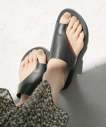 足の内側を包み込んだデザインで、指が痛くなりにくいトングサンダル。大人っぽくクールな表情で、スカートはもちろんパンツコーデもかっこよくなります。