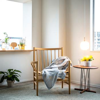 ベッドやチェアなど、リラックスタイムの定位置にリネンのブランケットをスタンバイ。涼やかな色合いと質感が、そこにあるだけでお部屋を夏気分にしてくれます。