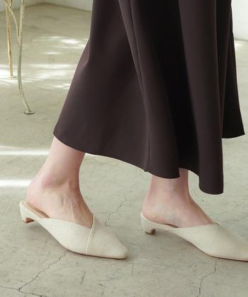 Vカットでシャープな表情のミュールサンダルは、大人っぽく都会的なコーデが作れます。ワイドパンツやロングスカートなど、大人なスタイリング作りに。