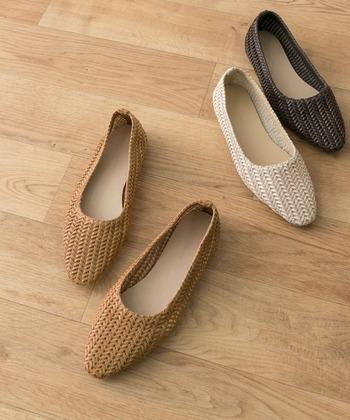 人気のスクエアトゥデザインのフラットシューズは、シャープさがあるので大人なコーデに。メッシュでも編み目が細かいので、カジュアルすぎない足元が作れます。
