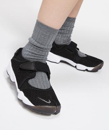 軽量&通気性抜群のナイキのエアリフトは、サンダル感覚で履けるスニーカーです。アッパー部分が開いているので、靴下を見せるコーデを作りましょう。