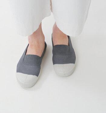 柔らかでスッと履けるスリッポン型のスニーカーシューズ。かかとを踏んで、ラフに履いてもOKな素材なので、とてもラクチンなスニーカーです。