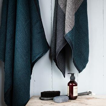 TERVAシリーズは、テンセル、ウォッシュドリネン、コットンの混合素材で織られているため、さらっとしたやわらかな肌触りが特徴です。しかも立体的な織り構造なので、すっきりと身体を拭き上げ、短時間で乾くので、お風呂の後や夏のプールでの使用も良さそう。