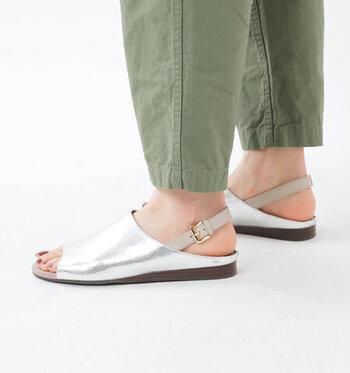 ちょっぴり大胆なメタルフラットサンダル。印象的な足元が作れるので、あえてカジュアル&シンプルなコーデで、シューズの存在感を出した着こなしがおすすめです。