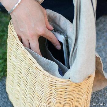 内布には、小物を入れることができる小さなポケット付き。コンパクトでありながら、長財布、スマートフォン、ポーチなど必要なものはしっかり収納できます。