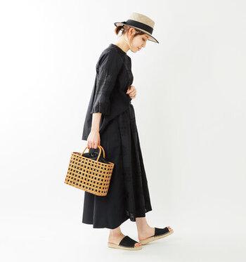 伝統的な日本の素材として親しみのある竹かごと巾着を組み合わせた、和モダンな雰囲気のバッグ。編み目から覗く巾着のブラックが、ナチュラルな雰囲気ながらピリッと引き締まった印象。