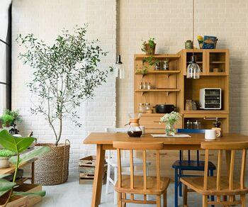 小さめのガラスライトを多灯使いすると、カフェのような雰囲気に変身!抜け感もあり、おしゃれに見えます。