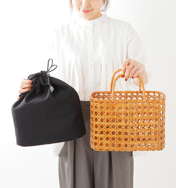 八つ目編みと呼ばれる技法で丁寧に編み上げられたかごに、華奢なハンドルが女性らしさを演出してくれます。普段使いにはもちろん、浴衣などの和装にもマッチします。