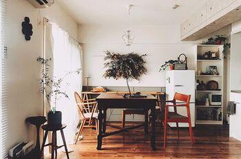 窓に正面から向き合うようにダイニングテーブルを配置。素敵なアンティークのダイニングテーブルを部屋の主役に引き立て、空間に安定したバランスが生まれています。  窓際ゆえにカーテンからの自然光を浴びながら、一日をゆったり過ごせる心地よい空間です。