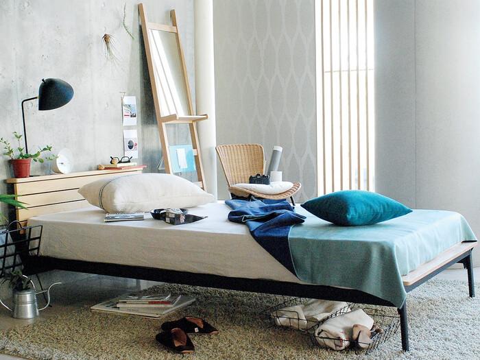 ラタンの椅子は、青や水色、白と組み合わせるとさらに爽やかな雰囲気に。普段遣いの椅子としてではなく、来客時に使ったり、ちょっと物を置いておくスペースとしても使えます。