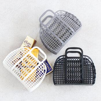 ユニークなプラスチック素材のマーケットバスケット。水に強く、汚れてもサッと拭いて綺麗な状態を保つことができます。