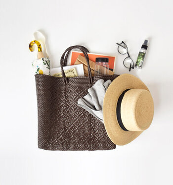 プラスチックコードでしっかり編み上げられた、夏に人気の「メルカドバッグ」。メキシコでは「マルシェバッグ」を意味します。一点一点手作りで作られた手工芸品の楽しさ、美しさが魅力。