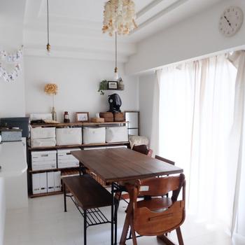 ナチュラルテイストのおうちにピッタリな木製のダイニングテーブル。 爽やかな白を基調とした内装と、奥行ある木肌のコントラストが美しい空間。キッチンからはダイニングの子ども様子もうかがえる配置になっているので安心。窓から差し込む光が部屋全体を明るく魅せてくれます。