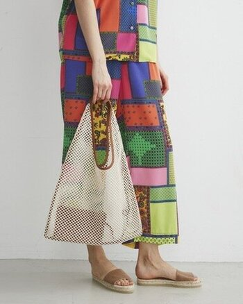 軽くて涼しげな三角形のメッシュのトートバッグ。持ち手のパイピングが印象を引き締め、アクセントに。