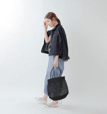 キラリと控えめに光るメタリックヤーンを使用して編み上げられたメッシュのバッグ。普段のコーデをさりげなく格上げしてくれます。